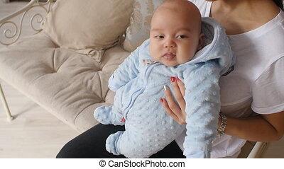 haar, armen, pasgeboren, vasthouden, moeder, baby, thuis