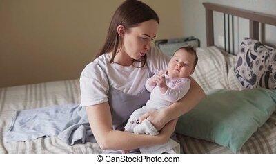 haar, armen, vasthouden, moeder, baby, vrolijke