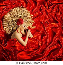 haar, beauty, kunst, vrouw, mooi, krullend, hairstyle, blonde, mannequin, slaap, op, rode zijde, weefsel