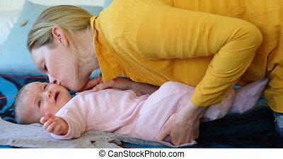 haar, bed, 4k, moeder, baby, kussende
