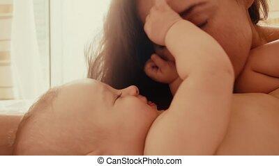 haar, bed, mamma, baby, spelend, vrolijke