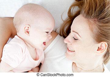 haar, bovenzijde, jonge, bed, moeder, baby, vrolijke , aanzicht