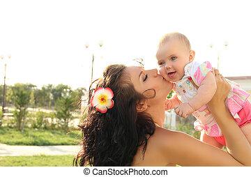 haar, buitenshuis, vasthouden, moeder, verticaal, baby, vrolijke