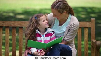 haar, dochter, verhaal, bankje, lezende , moeder