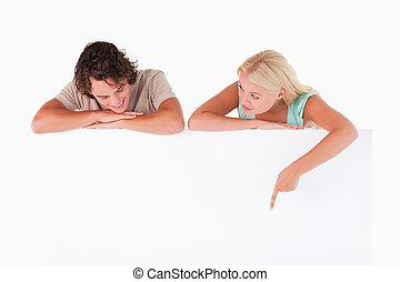 haar, echtgenoot, whiteboard, iets, het tonen, vrouw