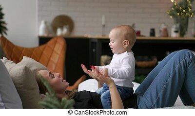 haar, family., het glimlachen., lachen, bedroom., moeder, baby, spelend, vrolijke