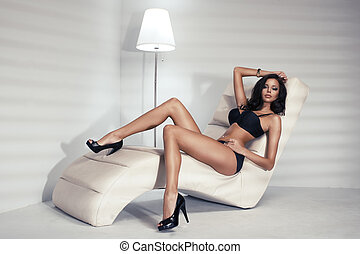 haar, frau, lockig, langer, bett, schauen, brünett, damenunterwäsche, sinnlich, kamera., sexy, posierend, weißes, liegen, schwarz