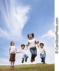 haar, gezin, springt, field., aziaat, moeder, gras, kinderen, vrolijke