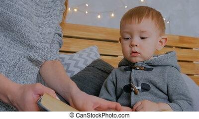 haar, jonge, zoon, shots., 2, moeder, baby, thuis, het boek van de lezing