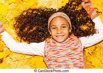 haar, krullend, bladeren, herfst, zwart meisje, vrolijke