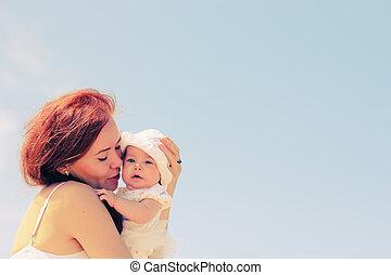 haar, moeder, baby, verticaal, hartelijk, strand, vrolijke