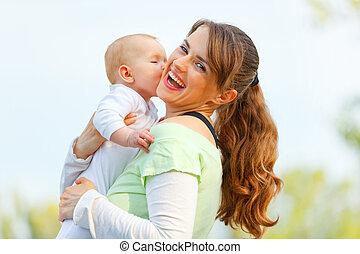 haar, moeder, handen, jonge, het koesteren, lachen, buitenshuis, baby