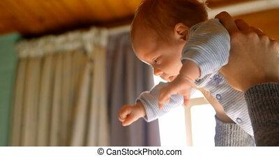 haar, thuis, de baby van de moederholding, jongen, 4k