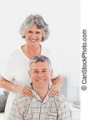 haar, thuis, echtgenoot, geven, masseren, gepensioneerd, vrouw