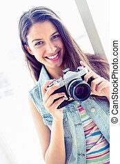 haar, vasthouden, het glimlachen, fototoestel, vrouw, jonge