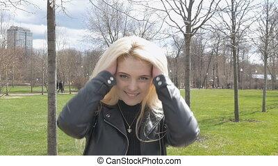 haar, vertragen, romantische, mooi, motie, verticaal, sexy, het wapperen, blonde., glimlachen, wind.