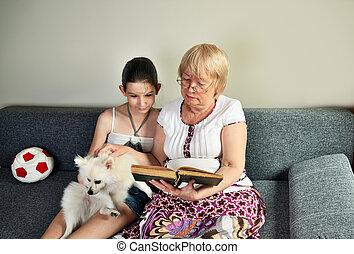haar, zetten, lezen, kleindochter, volgende, grootmoeder, boek, bankstel