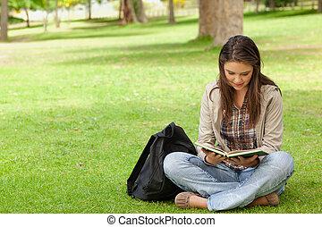 haar, zittende , schoolboek, terwijl, tiener, lezende