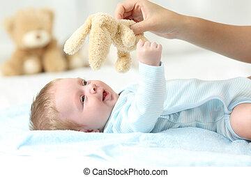 haar, zoon, moeder, babyhandje , spelend