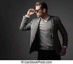 habillé, confiant, costume noir, dièse, homme