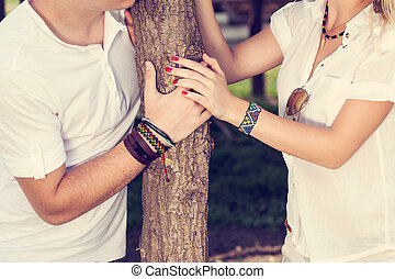 habillé, couple, blanc, tenant mains