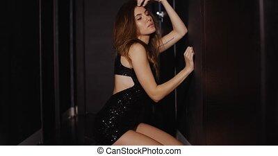 habillé, femme, puits, obscurité, sexy