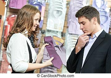 habillement, aide, faire emplettes vêtements, homme