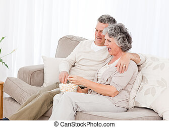 habiter mûr, couple, leur, regardant télé, salle