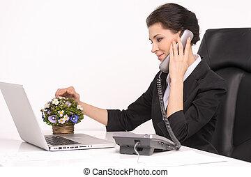 hablar, en, teléfono., confiado, cuarentón, mujer de negocios, sentado, en, ella, lugar activo, hablar, en, teléfono