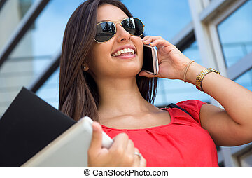 hablar, smartphone, mujer, joven, bastante