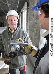 hablar, sobre, instrumento construcción, trabajadores