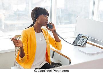 hablar, teléfono, oficina, mujer de negocios