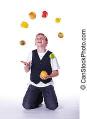hace juegos malabares, fruta, joven, pelirrojo