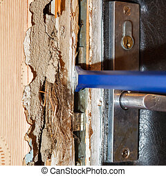 Hack the door with a crowbar, apartment robbery