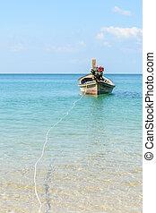 hagyományos, thai ember, longtail hajózik, -ban, naiyang, tengerpart, noha, kék ég, alatt, thaiföld