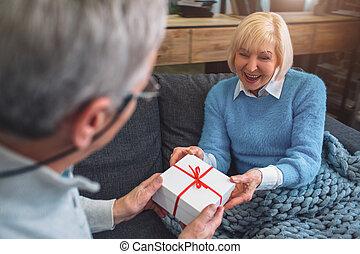 hai, wife., knippen, oud, schenking verlenend, aanzicht, op, l, afsluiten, man, hij