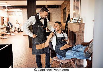 haidresser, loja, hairstylist, dois, cano, barbeiro, fumar, conversa.