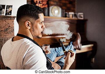 haidresser, loja, sentando, jovem, hairstylist, hispânico, barbeiro, pipe., fumar
