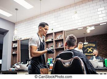 haidresser, shop., hairstylist, falando, cliente, barbeiro, homem