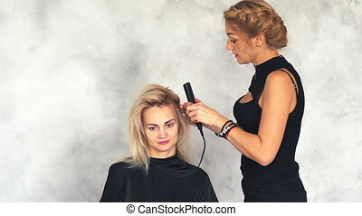 hairdresser makes the basal volume using a corrugated plaque...