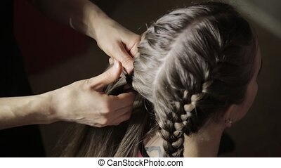 Hairdresser styling makes styling easier, plaiting braids...