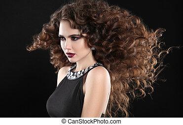 hairstyle., fason, brunetka, dziewczyna, z, długi, kędzierzawy włos, piękno, makeup., blask, portret, od, piękna kobieta, z, marsala, kamień, usteczka, podmuchowy, fryzura, odizolowany, na, czarnoskóry, tło.