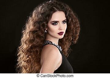 hairstyle., fason, brunetka, dziewczyna, z, długi, kędzierzawy włos, piękno, makeup., blask, portret, od, piękna kobieta, z, marsala, kamień, usteczka, odizolowany, na, czarnoskóry, tło.
