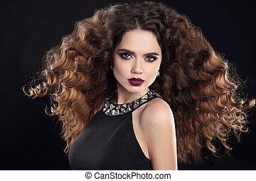 hairstyle., moda, brunetta, ragazza, con, lungo, capelli ricci, bellezza, makeup., fascino, ritratto, di, bella donna, con, marsala, metallina, labbra, soffiando, acconciatura, isolato, su, nero, fondo.