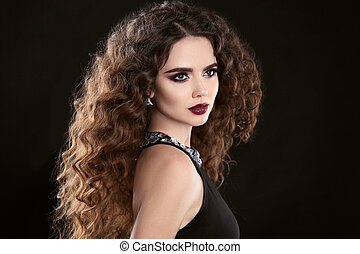 hairstyle., moda, brunetta, ragazza, con, lungo, capelli ricci, bellezza, makeup., fascino, ritratto, di, bella donna, con, marsala, metallina, labbra, isolato, su, nero, fondo.