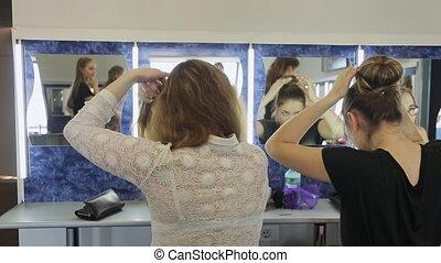 hairstyle., tworzyć, dziewczyny, stać, lustro, przód, przystojny