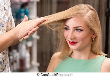 hairstylist, 做, 發型, 為, 美麗, 女孩