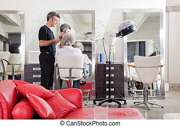 hairstylist, endireitar, client's, cabelo, em, salão