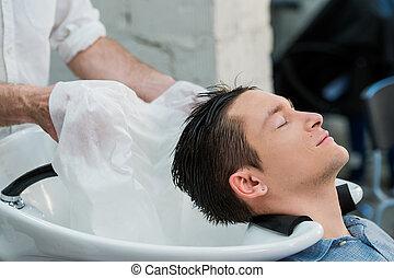 hairstylist, wäsche, client's, haar, in, frisörgeschäft