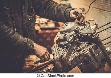 hajtómű szerelő, műhely, motorkerékpár, dolgozó